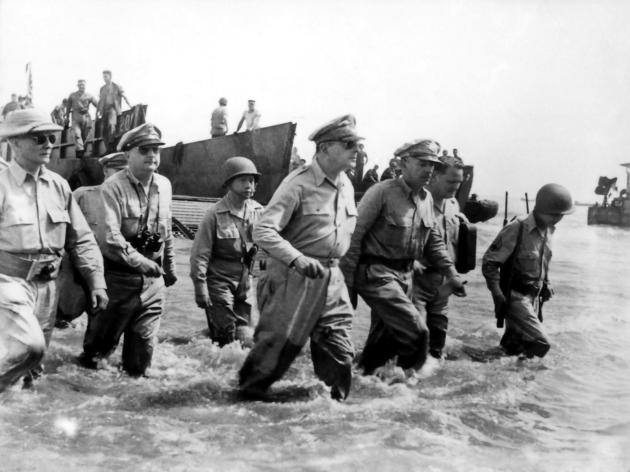 Douglas_MacArthur_lands_Leyte1.jpg
